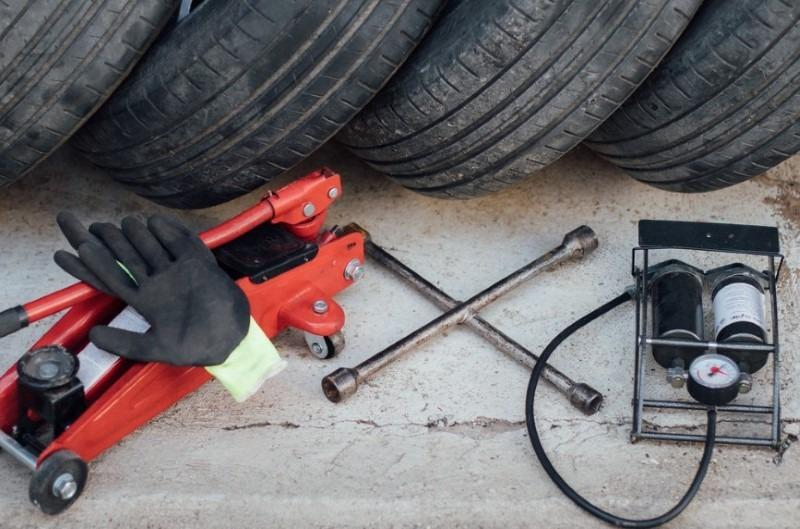 Cric per auto deve far parte dell'equipaggiamento di emergenza dell'auto