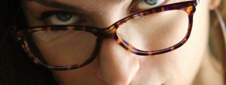 Dovresti scegliere gli occhiali da vista o le lenti a contatto?